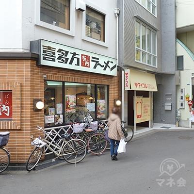 ラーメン店の右がアイフル店舗です。駅を出てすぐの立地です。
