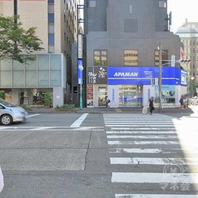 1つ目の横断歩道をアパマン側に渡ります。