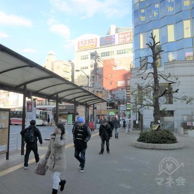 駅前ロータリーを右に進みます。