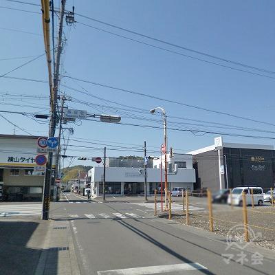 大通りとの交差点を右折します。