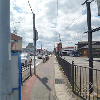 右折して、大通り沿いを700mほど歩きます。