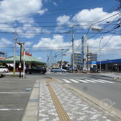 国道と交差する「松ヶ崎駅前」交差点です。横断歩道を渡って右折します。