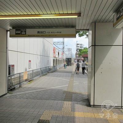 南出口を出て、黄色の点字タイルに沿って進みます。