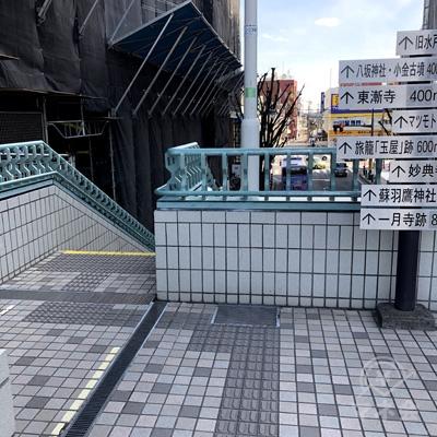 奥の階段を下りましょう。