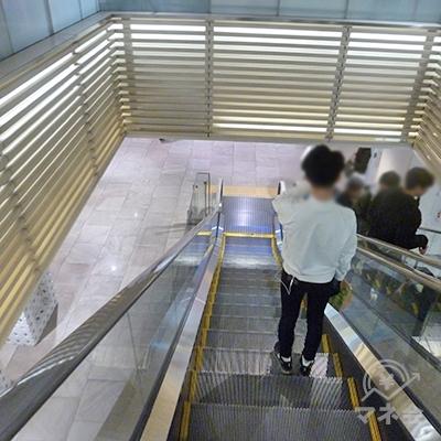 エスカレーターで地上階に下ります。