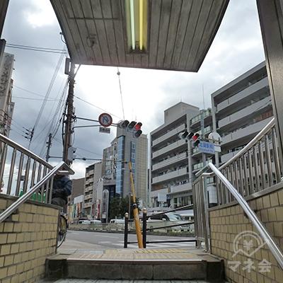 2番出口を出たら、正面に内環状線南行き方向の歩道があります。
