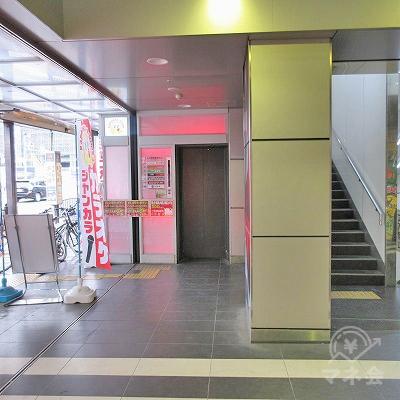 先の案内板を背にし、正面にエレベーターがあります。