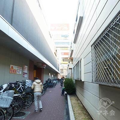 阪神電車の高架と駐輪場に挟まれた、狭い歩道を進みます。