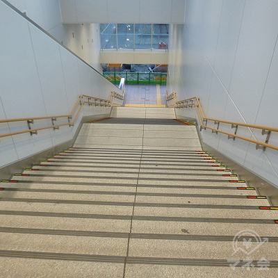 改札は2階にありますので、階段で地上へ下ります。
