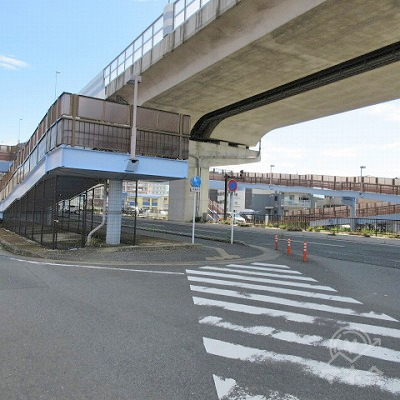 途中、横断歩道を渡り高架下を進みます。