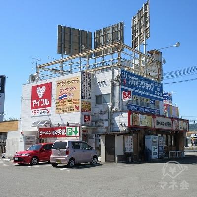 備前交差点の手前に目的地建物があります。