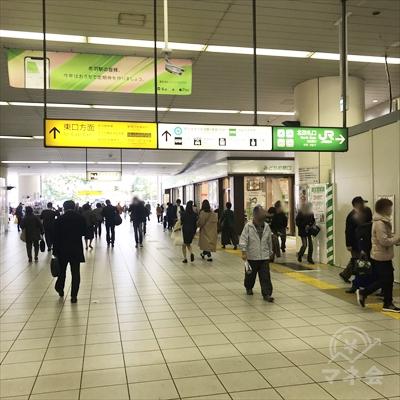 改札を出たら右方向の東口から駅を出ます。