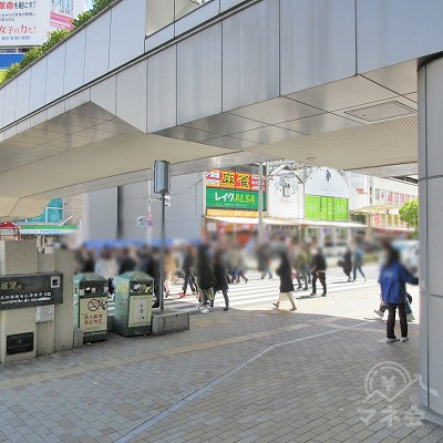 駅外に出ます。正面の横断歩道を渡ります。