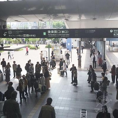 JR岡山駅、後楽園口(東口)を出ます。