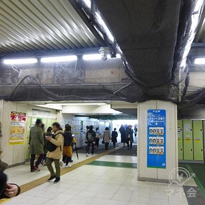 改札左手、駅コンコースを進みます。