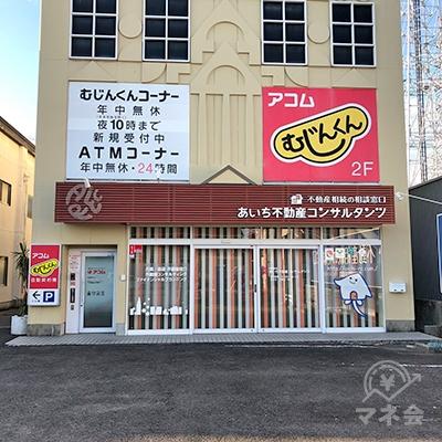 駐車場奥の建物2階に店舗があります。