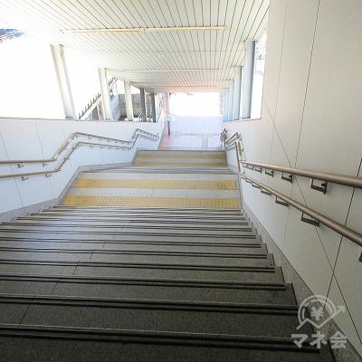 西口階段を下ります。