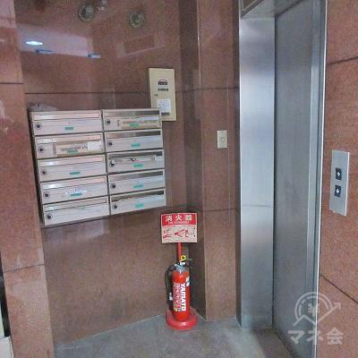 エレベーターで2階へ上がります。