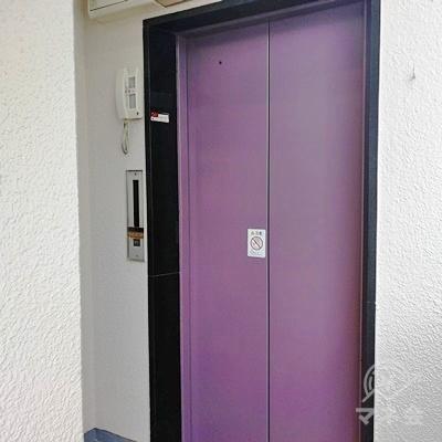奥のエレベーターで4階に行きましょう。