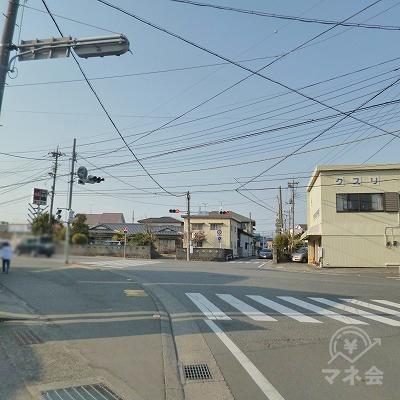 信号機のある交差点を左折します。