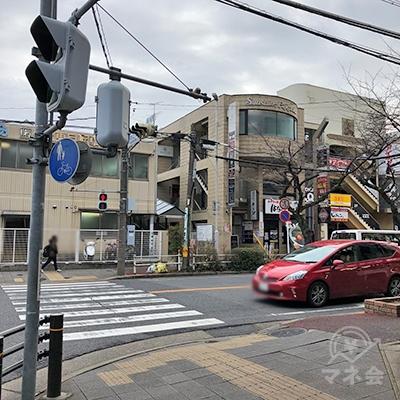 大通りの交差点を渡ってから右折します。