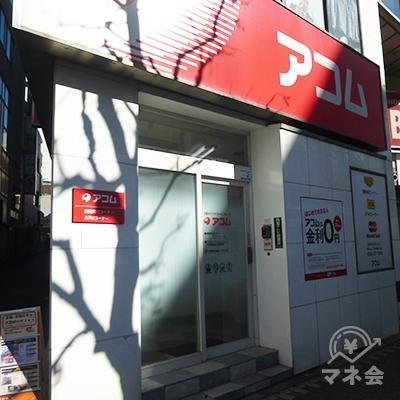 アコムの入り口です。表から直接入店します。