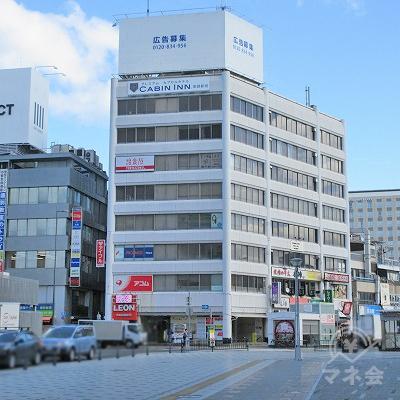正面にある建物が目的地建物です。