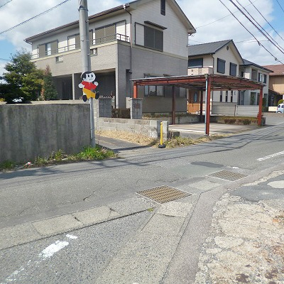 30m先に狭い路地がありますので、その路地へ入っていきます。