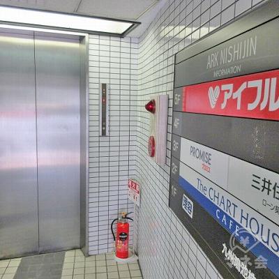 エレベーターで5階へ上がります。案内板はエレベーター前にもあります。