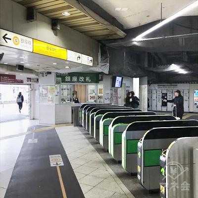 JRの新橋駅の銀座改札を出ます。