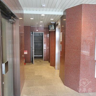 建物に入り、右手にエレベーターがあります。