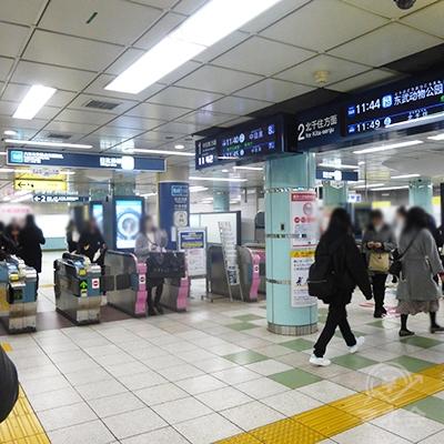 東京メトロ日比谷線六本木交差点方面改札です。