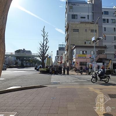 「大開通2」交差点、横断歩道を直進、引き続き歩道を歩きます。