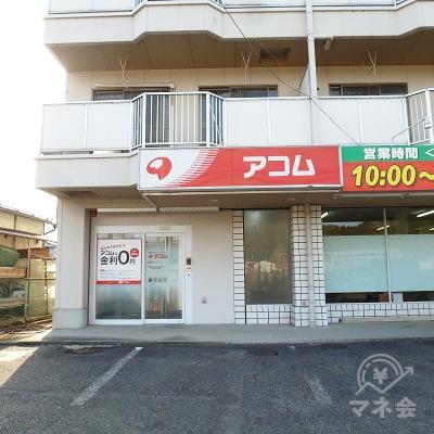 国道に面したマンションの1階、左端に店舗があります。