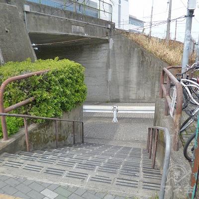 脇道の先にある階段を下りて、左折してください。