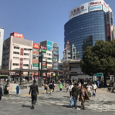 駅前広場を左手前方向、大和証券のビル方向に進みます。