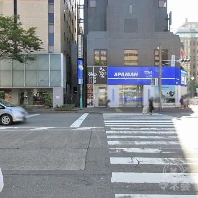 1つ目の横断歩道でアパマン側に渡ります。