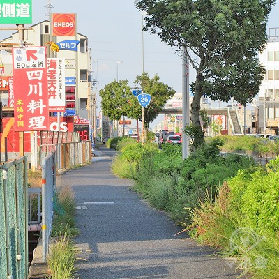 泉佐野警察署東交差点を左へ曲がり、26号線沿いを進みます。