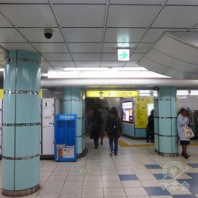 改札左手の3番出口に向かいます。