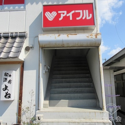 建物右の階段で2階へ上がります。