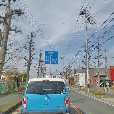 国道1号線との交差を案内する看板があります。