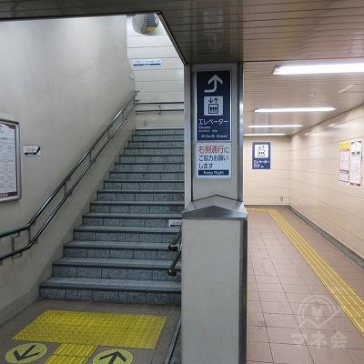 右にある階段かエレベーターで上へ上がります。
